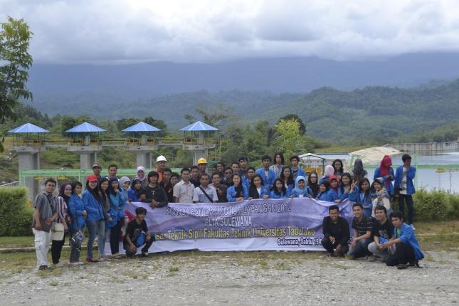 Bersama rombongan mahasiswa Kuliah Lapangan 2012 di PLTA Sulewana. Latar belakang bangunan diversi (pengelak) di sebelah kiri & headpond di sebelah kanan.
